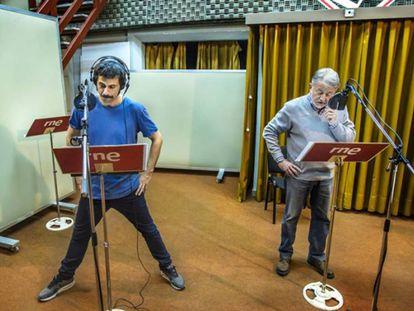 Jaime Blanch y Hugo Silva durante el proceso de grabación del podcast 'Una llamada a tiempo', el podcast transmedia de El Ministerio del Tiempo.