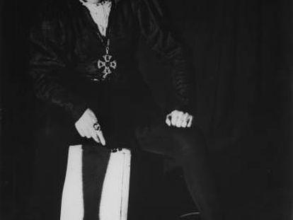 Margarita Xirgu, caracterizada para el papel de 'Hamlet', en Buenos Aires en 1938.