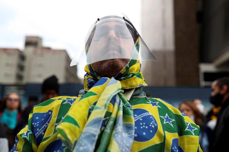 Un partidario del presidente Bolsonaro protesta contra las medidas de confinamiento en São Paulo.