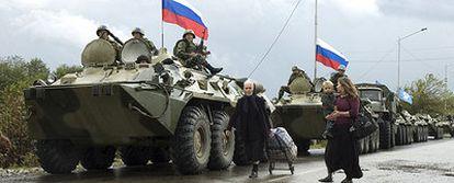 Una columna de blindados rusos avanza por la región separatista de Abjazia después de retirarse del interior de Georgia.