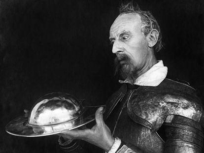 Escena de la película danesa de 1926 Don Quixote, protagonizada por el actor Carl Schenstrø.