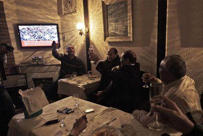 Exiliados libios en Túnez brindan con champán tras conocer la decisión de Naciones Unidas.