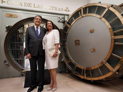 ergio Ramírez, junto a su esposa la socióloga Gertrudis Guerrero, tras depositar su legado en la Caja de las Letras del Instituto Cervantes.