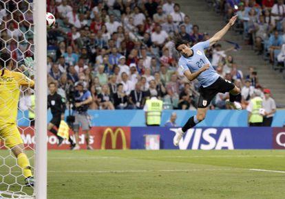 Cavani marca el primer gol de Uruguay.