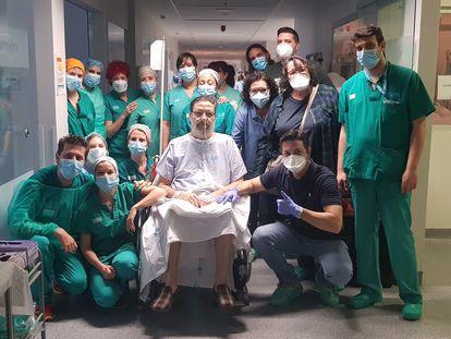 Julio Lumbreras, de 65 años, junto al equipo de la UCI del Hospital de Torrejón, donde ha pasado 57 días / G. H.