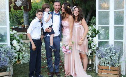 Guti, con Romina Belluscio y sus tres hijos tras su boda.