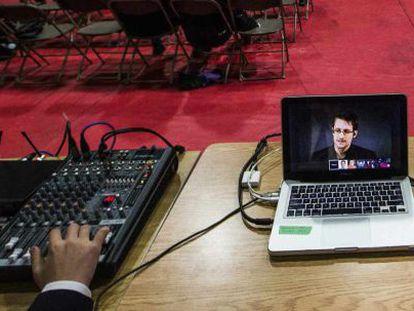 Edward Snowden,  exanalista que filtró documentos de la NSA, en una pantalla de ordenador.
