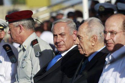 Benjamín Netanyahu, junto Simón Peres, en Haifa, el 11 de septiembre.