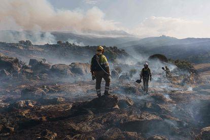 Un bombero trabaja en el lugar del incendio, entre Navalacruz y Riofrio, cerca de Ávila, el 15 de agosto.