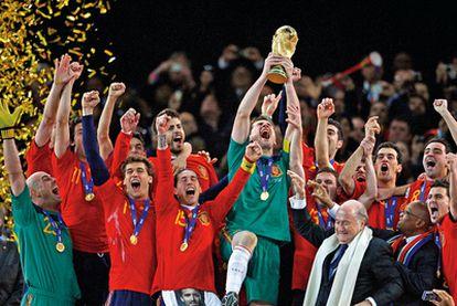 La Roja se alza con el ansiado trofeo en manos de Casillas