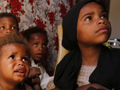 Niños yemeníes desplazados esperan a recibir atención médica en la provincia de Amran, al norte del país.