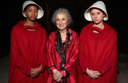 Margaret Atwood, ganadora de un EMY por 'El cuento de la criada' en 2017, durante la fiesta posterior a la ceremonia.
