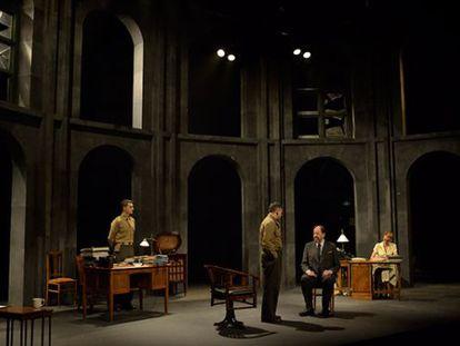 El director y actor Josep Maria Pou (sentado) como Furtwängler, en un momento de 'Prendre partit'.