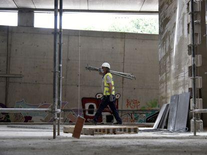 Un obrero trabaja en las obras de construcción de la nueva estación subterránea de Sant Andreu Comt, en Barcelona, el pasado 3 de junio.
