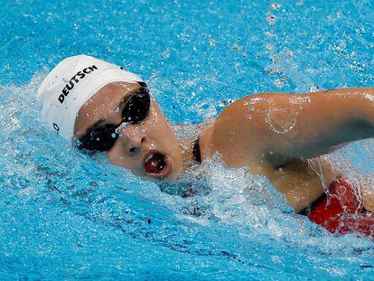 La argentina Delfina Pignatiello compite en la prueba de 1500 metros estilo libre femeninos de natación durante los Juegos Olímpicos 2020.