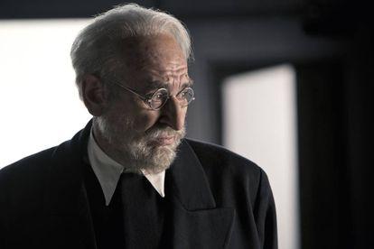 Karra Elejalde, caracterizado como Miguel de Unamuno en las pruebas de 'Mientras dure la guerra'.