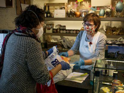 La panadería Elias, en Barcelona, punto de recogida de la venta de libros de la librería Bolibloc.