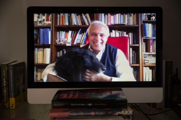 El esritor Nuccio Ordine, con su perro,  durante una llamada por Skype desde su casa en Italia.