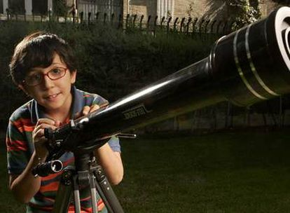 Rodrigo Noya, fotografiado el miércoles en Madrid junto a su telescopio.