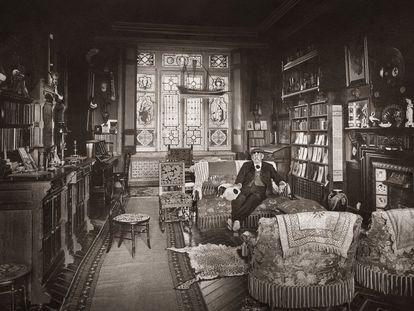 Benito Pérez-Galdós, fotografiado en 1915 en el salón-despacho de su casa de Santander.