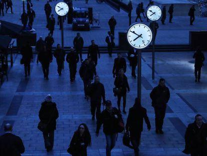 Trabajadores al amanecer en el distrito financiero londinense.