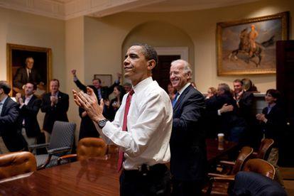 El presidente de EE UU, Barack Obama, el vicepresidente Joe Biden y miembros de sus equipos celebran en la sala Roosevelt de la Casa Blanca el triunfo de su reforma sanitaria en la Cámara de Representantesl.