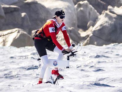 La princesa Charlène de Mónaco durante la salida de la travesía en bicicleta acuática Córcega-Mónaco que ganó este domingo.