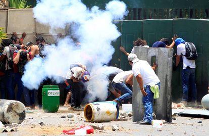Varias personas se parapetan durante las protestas en la Universidad Agraria de Managua, ayer.