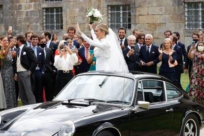 La pareja se marchó de la iglesia en un coche de los años setenta.