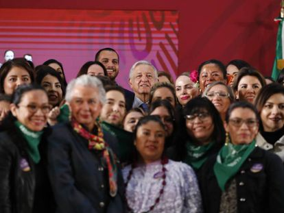López Obrador rodeado de mujeres tras la firma del acuerdo por la igualdad.