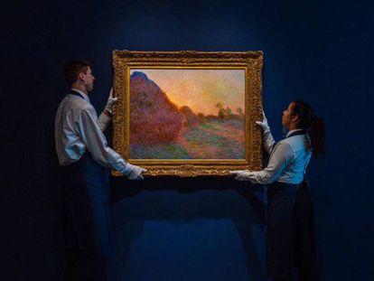 Dos operarios de Sotheby's con 'Meules', de Claude Monet. En vídeo, el vicepresidente de Sotheby's analiza la obra.
