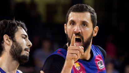 Mirotic y Abrines en un partido del Barça.