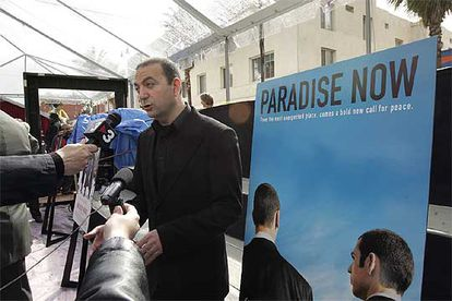 Hany Abu-Assad, director de <i>Paradise Now</i>, habla con los reporteros en Los Ángeles.