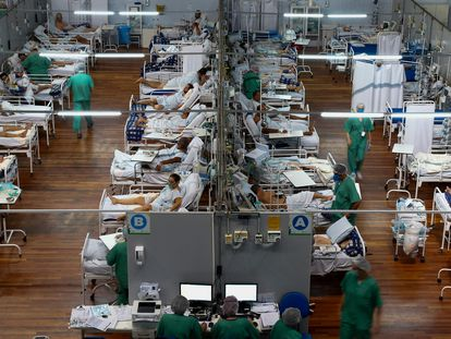 Hospital de campaña en un gimnasio en la localidad brasileña de Santo André, en São Paulo.