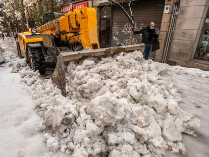 Limpieza de nieve en una calle del centro de Madrid, el domingo.