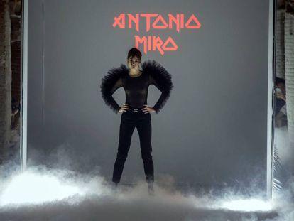 Una modelo de Antonio Miró en la pasarela 080 Barcelona Fashion de 2019.