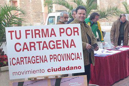 El Movimiento Ciudadano, en su recogida de firmas para reivindicar una futura provincia del Campo de Cartagena, el pasado febrero.