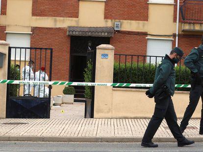 La policía científica recaba pruebas en el lugar donde un hombre de 69 años apuñaló a su pareja en Doñinos (Salamanca),