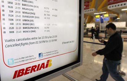 Un viajero observa los paneles de información de Barajas, en la T4.