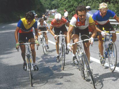 Lucho Herrera (izquierda), con Bernard Hinault y Lauren Fignon durante el Tour de Francia de 1984 en la subida al Alpe d'Huez.