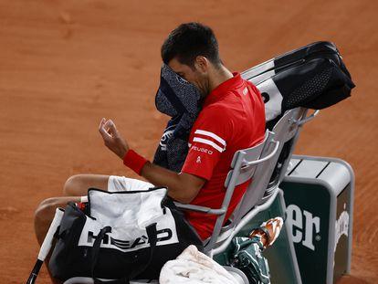 Djokovic se duele de la mano izquierda tras sufrir una caída.