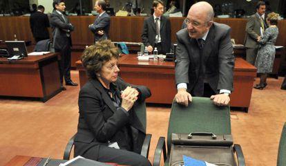 Neelie Kroes y Joaquín Almunia, excomisarios de Competencia.