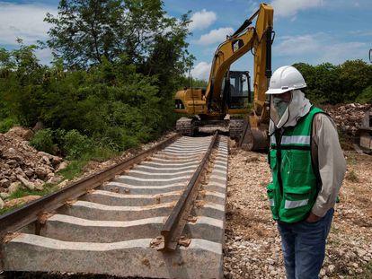 Ingenieros militares construyen el tramo del Tren Maya en Mazcanú, en Yucatán.