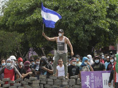 Un estudiante ondea la bandera en una protesta en Nicaragua en 2018.