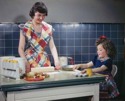 Madre e hija, cocinando en una imagen de 1949.