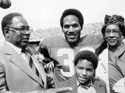 O.J. Simpson con su familia en su época de jugador de fútbol americano.