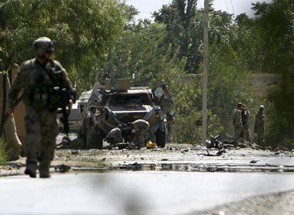 Soldados alemanes inspeccionan el escenario de un atentado contra un convoy militar el pasado 5 de septiembre en Kunduz. Wolfgang Schneiderhan, en 2008.