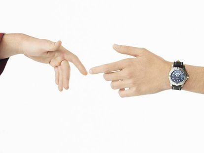En esta peculiar versión de 'La creación', el reloj es el nuevo Breitling Avenger Automatic 43. Las dos mangas pertenecen a un abrigo rojo y un mono de piel, los dos, Alexander McQueen. Foto: Gorka Postigo. Realización: Nono Vázquez