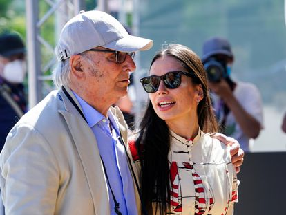 Carlos Saura y su hija Anna, en la puerta del hotel María Cristina, en San Sebastián.