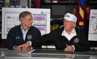 Donald Trump, el martes en Corpus Christi junto al gobernador, Greg Abbott.